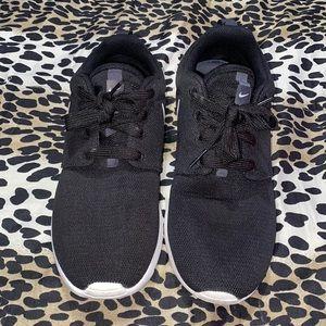 Black and white Nike Rosche